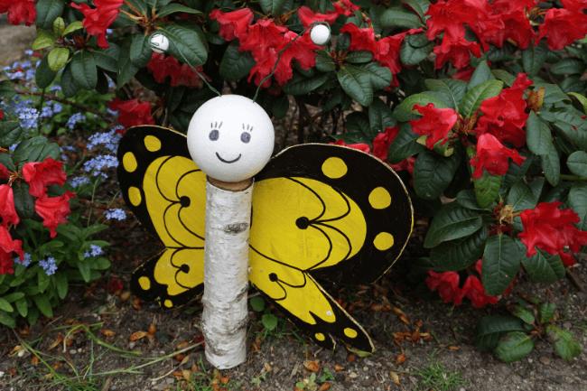 Wir basteln einen Schmetterling aus Baumstämmen