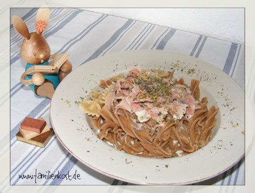 Blumen-Nudeln mit Käse-Schinken-Sauce