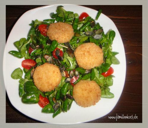 Feldsalat mit gebratenem Ziegenkäse und gerösteten Kürbiskernen