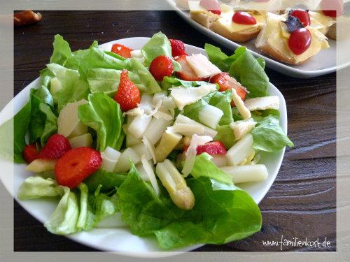 Kopfsalat mit Spargel und Erdbeeren