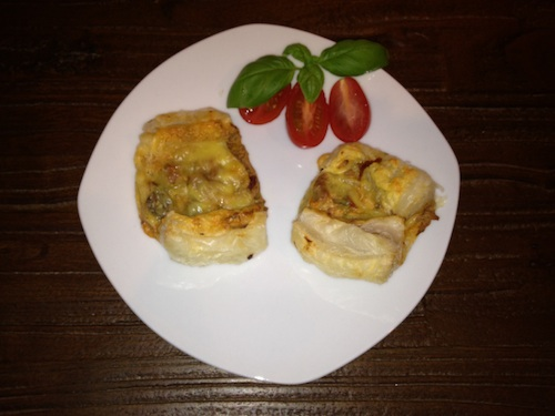 Mediterrane Blätterteigtaschen mit Salami und Käse
