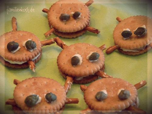 Cracker als Spinnen mit Frischkäse