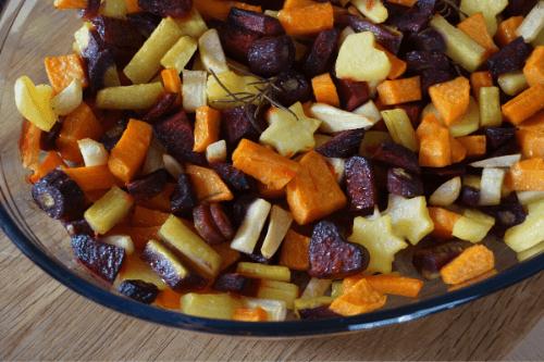 Wurzelgemüse mit Kartoffeln und Schmand-Dip