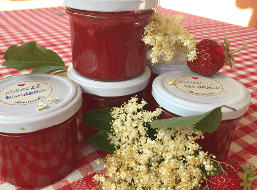 Erdbeermarmelade mit Holunderblüten