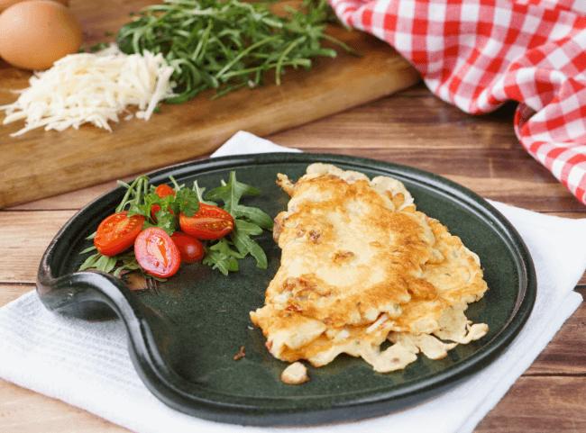 Herzhafte Eierkuchen mit Salami, getrockneten Tomaten und Käse
