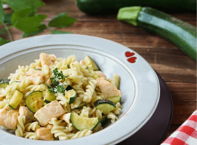 Nudeln mit Zucchini und Lachs