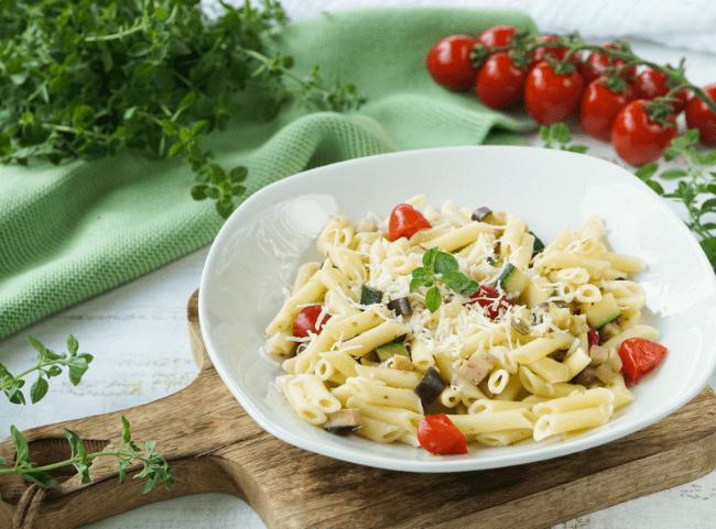 Schnelle Pastapfanne mit Zucchini, Aubergine und Wurst