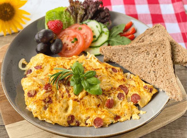Herzhaftes Omelette mit Salami und Käse